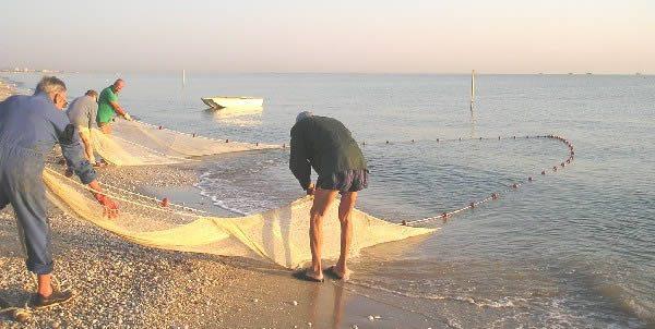 All'alba lo spettacolo della pesca con la Tratta